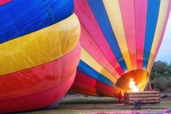 Trabalhadores que inflam balões de ar quente imagem de stock royalty free