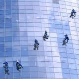 Trabalhadores que lavam indicadores no prédio de escritórios imagens de stock royalty free