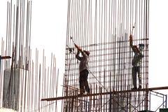 Trabalhadores que ligam as barras de aço Fotografia de Stock