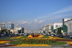 Trabalhadores que plantam flores no arco triunfal em Moscou, Rússia foto de stock