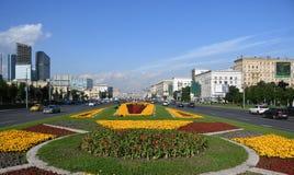 Trabalhadores que plantam flores no arco triunfal em Moscou, Rússia fotos de stock royalty free