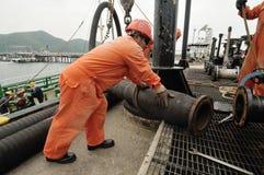 Trabalhadores que preparam-se para carregar o óleo bruto imagens de stock