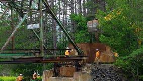 Trabalhadores que preparam uma demolição da ponte vídeos de arquivo
