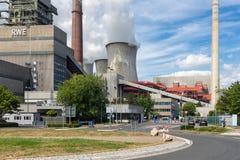 Trabalhadores que saem porta de fábrica do central elétrica a carvão Frimmersdorf em Alemanha Fotos de Stock