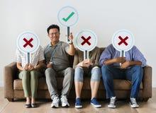 Trabalhadores que sentam e que guardam ícones do tiquetaque foto de stock royalty free