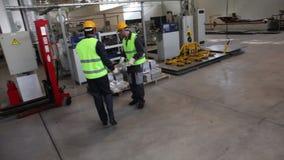Trabalhadores que tomam o boleto de alumínio vídeos de arquivo