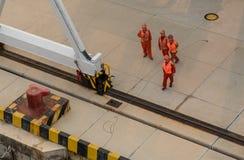 Trabalhadores que travam a corda da âncora em Qindao imagem de stock royalty free
