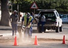 Trabalhadores que usam um compressor da terra em África do Sul Fotos de Stock