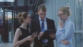 Trabalhadores sérios que discutem matérias de negócio Foto de Stock Royalty Free
