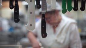 Trabalhadores Unfocused da cozinha do ` s do restaurante filmados através da janela vídeos de arquivo