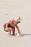 Trabalhando com pá a areia Fotografia de Stock Royalty Free