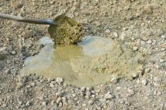 Trabalhando com pá a lama durante a construção Imagens de Stock Royalty Free