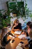 Trabalhando fora do tempo estipulado o conceito Grupo de equipe fêmea do negócio que trabalha tarde na noite foto de stock royalty free
