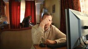 Trabalhando no computador em casa, seu marido é desapontado com a falha do negócio, sua esposa é virado São video estoque
