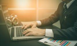 Trabalhando no portátil, fim acima das mãos do homem de negócio Imagens de Stock Royalty Free