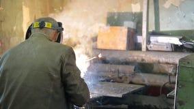 Trabalhar em uma máscara realiza a soldadura das tubulações no manufactory video estoque