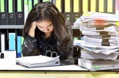 Trabalhe duramente, lote do trabalho, pilhas de papel do original e dobrador de arquivos na mesa de escritório fotografia de stock royalty free