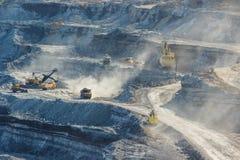 Trabalhe a maquinaria na pedreira para o carvão da extração imagens de stock