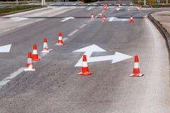 Trabalhe na estrada, nos sinais de rua e na marcação de estrada imagem de stock royalty free