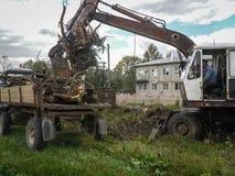Trabalhe no backhoe para ajardinar na região de Kaluga em Rússia Fotografia de Stock Royalty Free