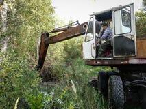 Trabalhe no backhoe para ajardinar na região de Kaluga em Rússia Imagem de Stock Royalty Free