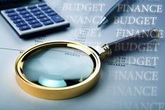 Trabalhe nos cálculos do orçamento no escritório imagem de stock
