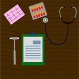 Trabalhe o doutor da mesa, médico, que são martelo neurológico, o estetoscópio, ECG, notas de funcionamento, bloco de notas, bolh ilustração royalty free