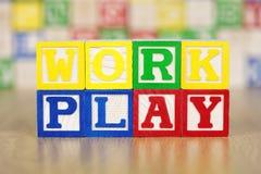 Trabalhe o jogo soletrado para fora em blocos de apartamentos do alfabeto Imagens de Stock Royalty Free