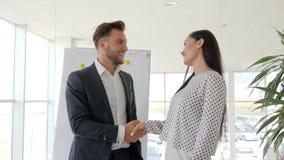 Trabalhe o romance no local de trabalho, flertando no escritório, relacionamentos loving entre os empregados, aperto de mão dos s video estoque