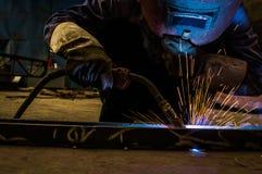 Trabalhe trabalhadores de uma soldadura nas fábricas imagens de stock royalty free