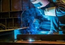 Trabalhe trabalhadores de uma soldadura nas fábricas imagem de stock royalty free