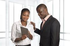 Trabalho africano dos sócios comerciais com PC da tabuleta Imagem de Stock