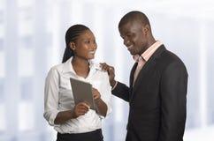 Trabalho africano dos sócios comerciais com PC da tabuleta Fotografia de Stock Royalty Free