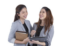 Trabalho bonito de duas mulheres de negócios Imagens de Stock Royalty Free