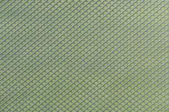 Trabalho cinzento da rede de arame do metal contra um fundo verde foto de stock royalty free