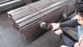 Trabalho com a máquina de moedura de pedra para a oxidação limpa vídeos de arquivo