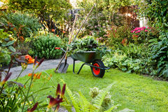 Trabalho com o wheelbarrow no jardim Imagens de Stock Royalty Free