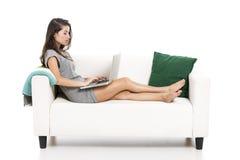 Trabalho com um portátil em casa imagens de stock royalty free
