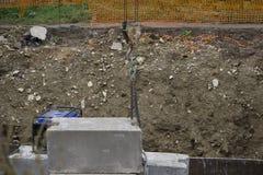 Trabalho concreto do reparo da estrada sem sementes, grandes objetos vermelhos Imagem de Stock