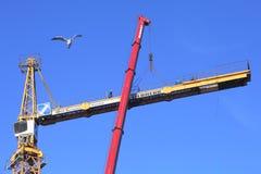 Trabalho da alta altitude, a instalação do usi do guindaste de torre da construção imagem de stock