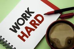 Trabalho da escrita do texto da escrita duramente Ação da realização da motivação da ambição do esforço do sucesso do esforço do  Fotos de Stock Royalty Free