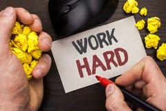 Trabalho da exibição da nota da escrita duramente Ação apresentando da realização da motivação da ambição do esforço do sucesso d Imagens de Stock