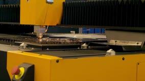 Trabalho da máquina de corte automática Feche acima das faíscas de trabalhar o robô industrial vídeos de arquivo