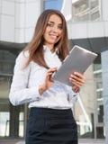 Trabalho da mulher de negócios exterior com portátil Foto de Stock Royalty Free