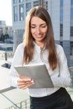 Trabalho da mulher de negócios exterior com portátil Fotografia de Stock