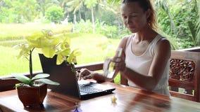 Trabalho da mulher de negócios exterior com portátil e ideia de pensamento vídeos de arquivo