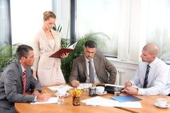 Trabalho da mulher e dos homens de negócios de negócio fotos de stock