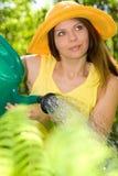 Trabalho da mulher em seu jardim imagens de stock