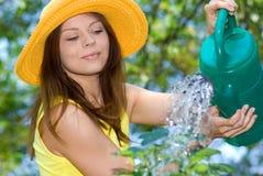 Trabalho da mulher em seu jardim Fotografia de Stock Royalty Free
