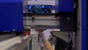 Trabalho da robótica na linha de produção vídeos de arquivo